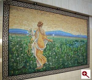 Mozaika artystyczna postać Flory ułożona z płytek szklanych w Parku Wodnym Tropikana w Hotelu Gołębiewski w Białymstoku
