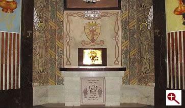 Artmur - Sgraffito - Prezbiterium w kościele św. Klemensa Hofbauera w Warszawie
