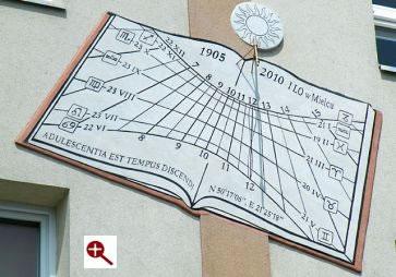 Artmur - Sgraffito - Zegar słoczeczny na elewacji budynku I Liceum Ogólnokształcącego im. Stanisława Konarskiego w Mielcu